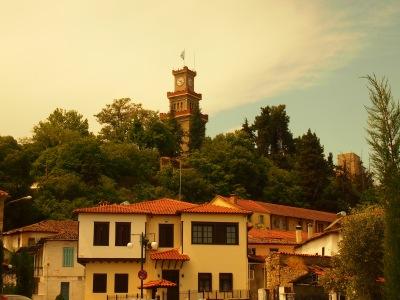 Ο πύργος του ρολογιού του Κάστρου των Τρικάλων και τμήμα του παραδοσιακού οικισμού του Βαρουσίου.