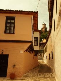 Μέρος του παραδοσιακού οικισμού του Βαρουσίου στα Τρίκαλα, με τον πύργο του ρολογιού στο βάθος